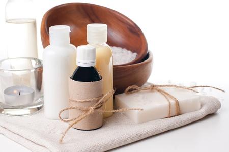 Composizione di prodotti per la stazione termale, la cura del corpo e l'igiene su uno sfondo bianco
