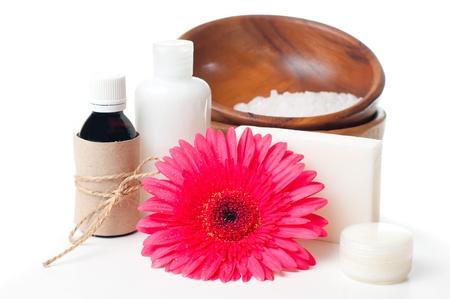 mimos: Composición de los productos para el cuidado corporal spa, y la higiene en un fondo blanco