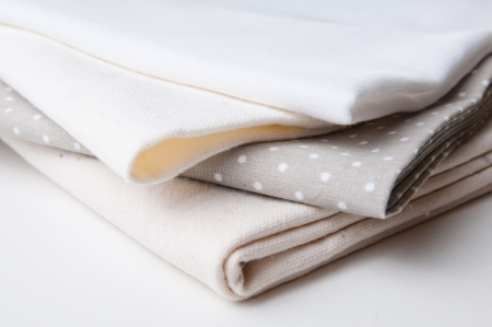manteles: pila de nuevas telas en diferentes colores y texturas, primer plano
