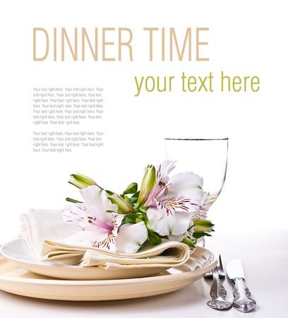 tavolo da pranzo: Tabella impostazione con fiori bianchi alstroemeria, tovaglioli e piatti gialli, primo piano, modello pronto
