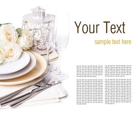 Feestelijke tabel met beige rozen, wijnglazen, kaarsen, servetten en bestek, geïsoleerde, klaar sjabloon Stockfoto