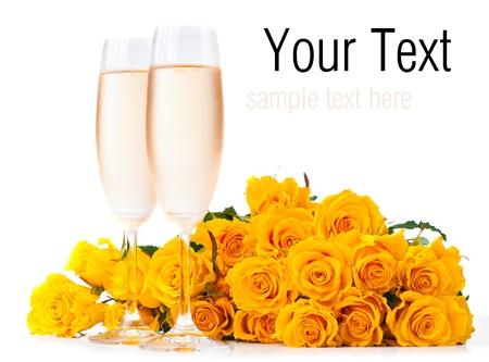 冷たいシャンパンを 2 杯と分離、白の背景に黄色のバラの花束テンプレートを準備します。