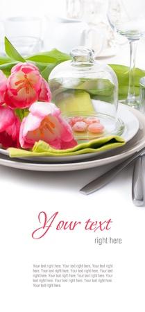 Festliche Frühjahr gedeckten Tisch mit rosa Tulpen, Servietten, in hellen Farben, bereit Vorlage
