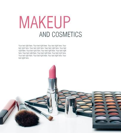 productos de belleza: Paleta de sombras de ojos, barras de labios de colores y pinceles de maquillaje, primer plano, aislado