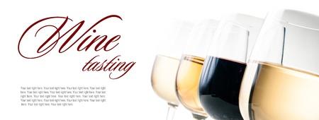 Wijnproeverijen, een paar glazen rode en witte wijn close-up op een witte achtergrond, geïsoleerd, klaar sjabloon