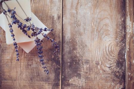 Rustieke achtergrond, natuurlijke zeep, lavendel, zout en oude blikken op een houten plank, hygiëne artikelen voor het bad en spa