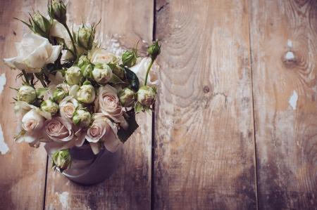 Blumenstrauß aus Rosen in Metall-Topf auf dem hölzernen Hintergrund, Vintage-Stil Lizenzfreie Bilder