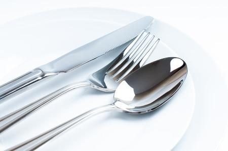Nueva y brillante cuchillería, cubiertos de primer plano sobre fondo blanco Foto de archivo - 22621128