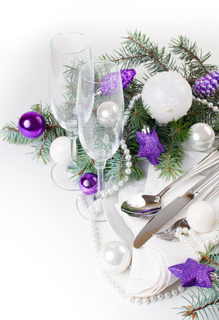 christmas tree purple: Festive Christmas table setting, table decoration in purple tones, with fir branches, Christmas balls on a white background, isolated