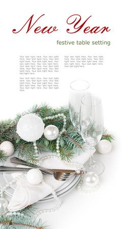 お祝いクリスマス テーブル設定、モミの枝、クリスマス ボール分離、白い背景の上に白のテーブル デコレーション