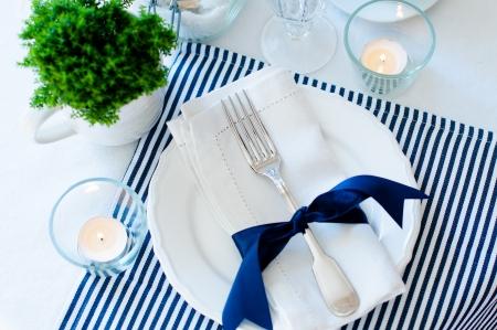 격리 된 흰색 배경에 네이비 블루 톤의 냅킨, 컵, 접시와 함께 아침 식사를 위해 설정 표 스톡 콘텐츠