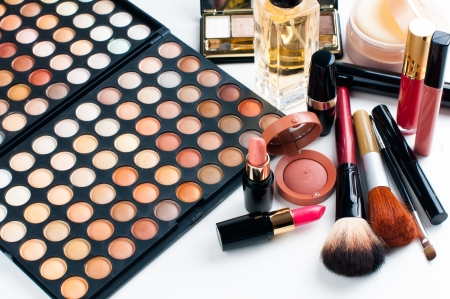 プロのメイクアップ セット: アイシャドウ パレット、口紅、マスカラー、赤面、粉末、メイクアップ ブラシ、香水、多くの化粧品のクローズ アッ 写真素材