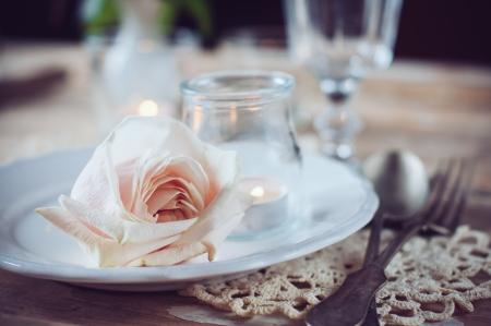 お祝いテーブルの装飾、バラ ベージュとビンテージ テーブルの設定、キャンドル、アンティーク食器