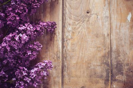 木の板、花の背景、素朴なスタイルの装飾のライラックの花の花束 写真素材