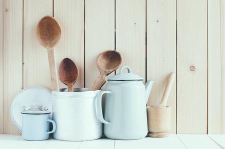 colores pastel: Inicio de la cocina todav�a la vida: cafetera vintage, tazas de esmalte y de la antig�edad cucharas de madera r�stica sobre un fondo de pared de granero, suaves colores pastel.