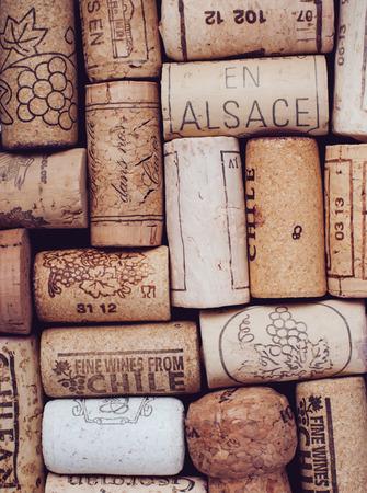 多くのワインのコルク栓、コルクのテクスチャ 写真素材