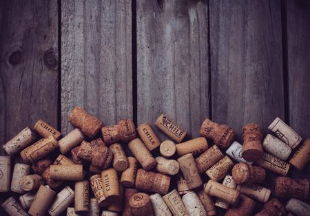 Veel wijnkurken op oude houten plank