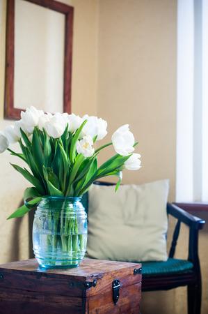 Ramo de tulipanes blancos en el interior, decoración de la habitación Foto de archivo
