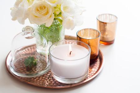 꽃병에 흰색 꽃 꽃다발, 구리 트레이에 촛불 빈티지, 웨딩 가정 장식 스톡 콘텐츠