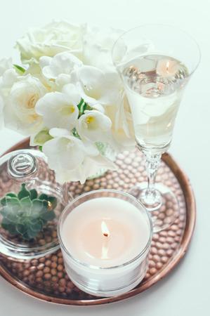 Glasses of champagne and candles: Bó hoa trắng trong một bình hoa, nến và rượu sâm banh trên một cổ điển khay đồng, nhà trang trí đám cưới Kho ảnh