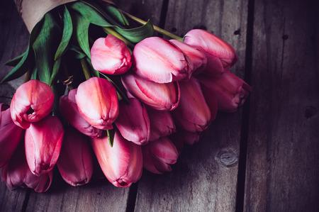 tulip: Bukiet świeżych różowe tulipany wiosną na starym zabytkowe drewniane płyty, kopia przestrzeń