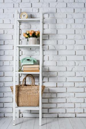 Schap met binnenhuisarchitectuur voor een witte bakstenen muur, uitstekend decor