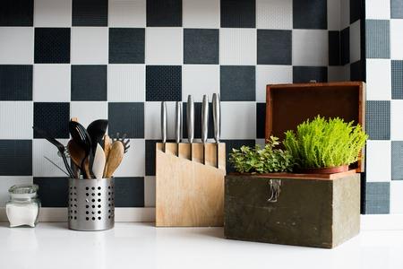 Utensílios de cozinha, decoração e utensílios de cozinha no interior moderno da cozinha close-up