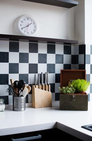 Les ustensiles de cuisine, décoration et ustensiles de cuisine à l'intérieur de la cuisine moderne close-up