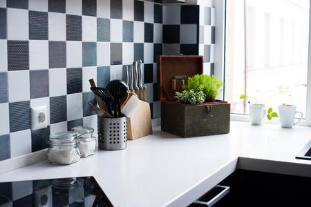 Кухонная утварь, декор и посуда в современном интерьере кухни крупным планом Фото со стока