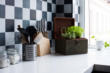Utensili da cucina, arredamento e stoviglie in cucina moderna interni close-up