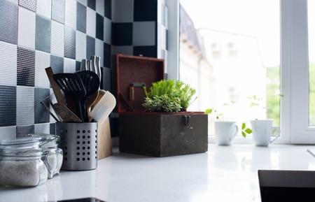 Naczynia kuchenne, wystrój i kuchenne w nowoczesnej kuchni między zbliżeniu