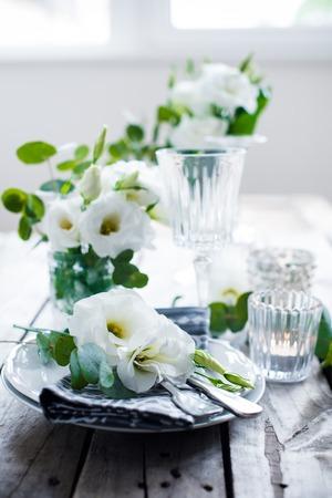 Paramètre de table avec fleurs blanches, bougies et des verres sur vieille table en bois rustique vintage. Vintage été table de mariage décoration. Banque d'images - 41667966