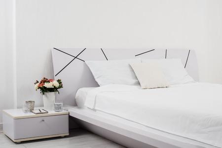 ホテルの部屋でベッドの上の新しいリネン白い寝室のインテリア
