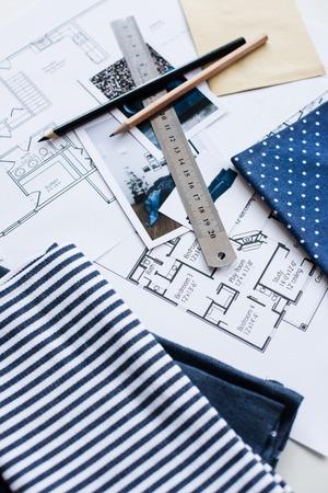 Awesome Arbeitstisch Innenarchitekt, Ein Architekturplan Des Hauses, Eine  Farbpalette, Möbel Und Stoffmuster In Blauer