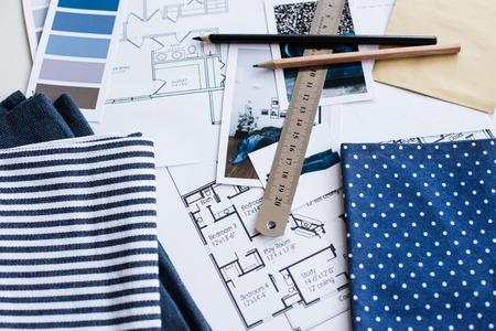 Arbeitstisch Des Innenarchitekten, Ein Architekturplan Des Hauses, Eine  Farbpalette, Möbel Und Gewebeproben In