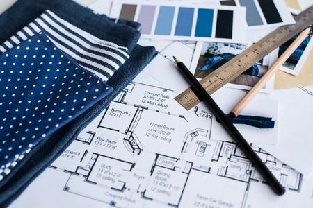 Arbeitstisch Innenarchitekt, Ein Architekturplan Des Hauses, Eine  Farbpalette, Möbel Und Stoffmuster In Blauer