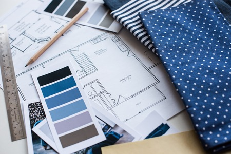 Amazing Arbeitstisch Innenarchitekt, Ein Architekturplan Des Hauses, Eine  Farbpalette, Möbel Und Stoffmuster In Blauer