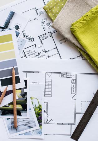 インテリア デザイナーの作業テーブルな家、カラー パレット、家具とファブリック黄色とグレーの色のサンプルの建築計画です。図面および家の装
