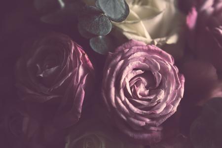 anniversaire: �l�gant bouquet de roses roses et blanches sur un fond sombre, soft focus, close-up. Romantique fond de hippie. Filtre vintage.
