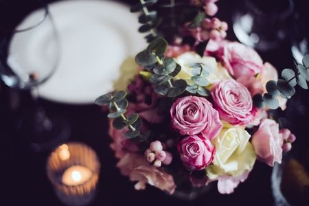 촛불 저녁 식사를위한 테이블 세트에 핑크 꽃의 꽃다발, 근접