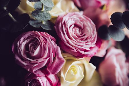 Elegant boeket van roze en witte rozen op een donkere achtergrond, soft focus, close-up. Romantische hipster achtergrond. Vintage filter. Stockfoto