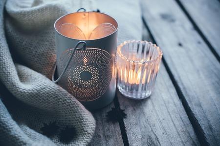kerze: Gem�tliche und weichen Winter Hintergrund, gestrickten Pullover und Kerzen auf einem alten Vintage Holzbrett. Weihnachtsferien zu Hause. Lizenzfreie Bilder