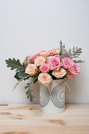 bouquet fleur: Bouquet de roses roses et beige dans un vase décoratif sur une étagère dans inter maison, simple décor à la maison Banque d'images