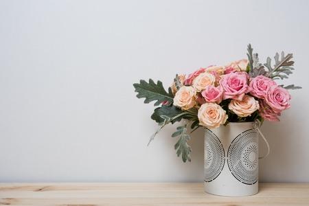colores pastel: Ramo de rosas de color rosa y beige en un florero decorativo en un estante en el interior casero, casera sencilla
