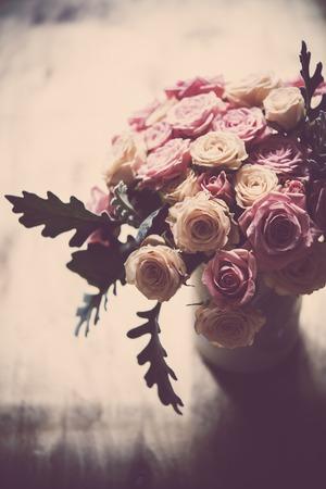 Blumenstrauß der rosafarbenen und beige Rosen, Vintage-Hochzeitsdekoration Standard-Bild