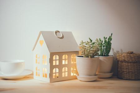 美しいビンテージの家の装飾: 花や装飾品、壁の棚の上。家の装飾の背景。