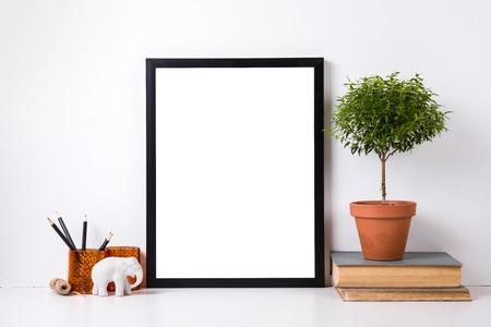 Moderne home decor met frame en interieurobjecten, ontwerp klaar poster mock-up