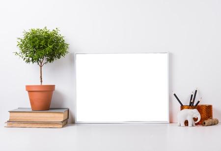 Moderne home decor met frame en interieurobjecten, ontwerp klaar poster mock-up Stockfoto - 57907800
