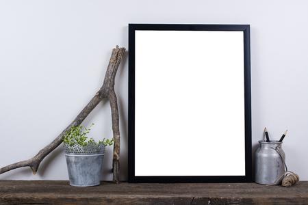 style scandinave photo vide cadre d'affiche maquette. Minimal décor à la maison à bord en bois rustique avec mur blanc fond.