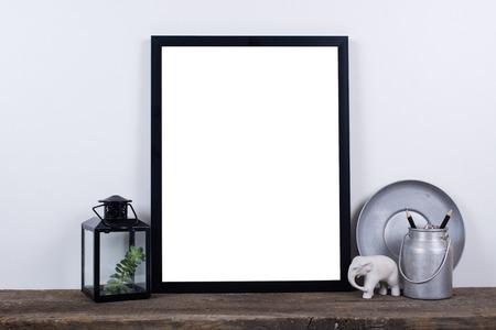 style scandinave photo vide cadre d'affiche maquette. Minimal décor à la maison à bord en bois rustique avec mur blanc fond. Banque d'images